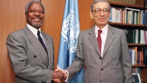 UN Secretary-General Boutros Boutros-Ghali (R) shakes hands with Ghana's Kofi Annan (L), his recommended successor, 16 December 1996 at UN headquarters in New York.