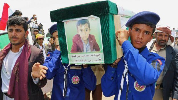 تصاویر کودکان کشته شده بر روی تابوت آنها دیده میشد.