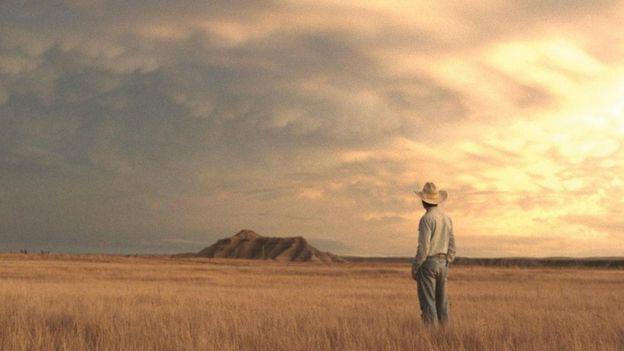 Homem mira a passagem em cena de 'The Rider'