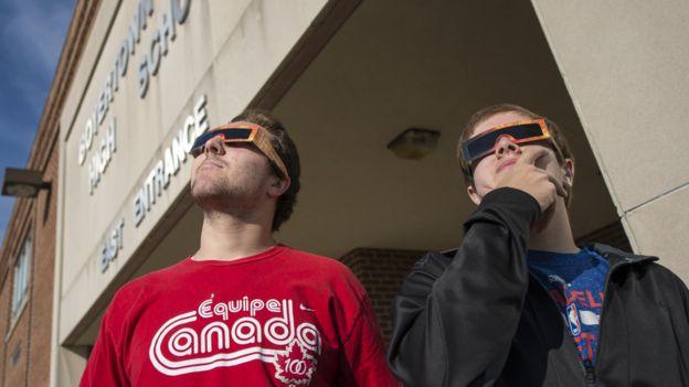 Jóvenes con gafas de eclipse