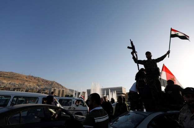 ชาวกรุงดามัสกัสออกมารวมตัวในท้องถนนแสดงความโกรธแค้นต่อการโจมตีที่นำโดยสหรัฐฯ