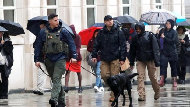 """Seguridad frente al edificio donde se realiza el juicio a """"El Chapo""""."""