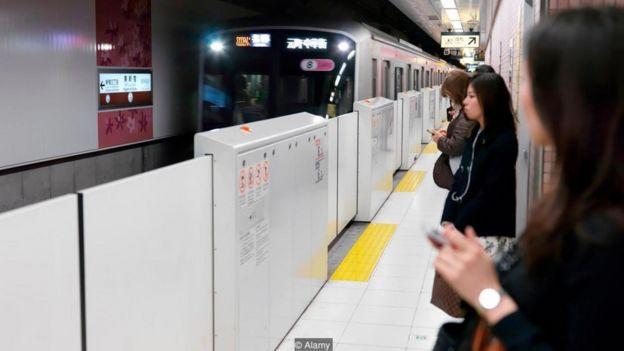 Portas automáticas em estação de trem
