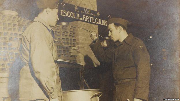 Soldados na cozinha de alojamento