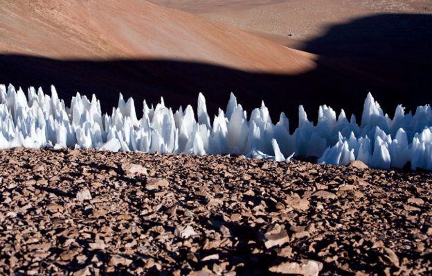 แท่งน้ำแข็งที่เป็นหนามแหลมหรือ Penitentes พบได้บนเทือกเขาแอนดีสในอเมริกาใต้เช่นกัน