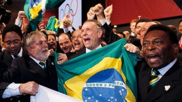 Nuzman, Lula e outros políticos e representantes do esporte comemorando que o Rio havia ganhado a candidatura para 2016