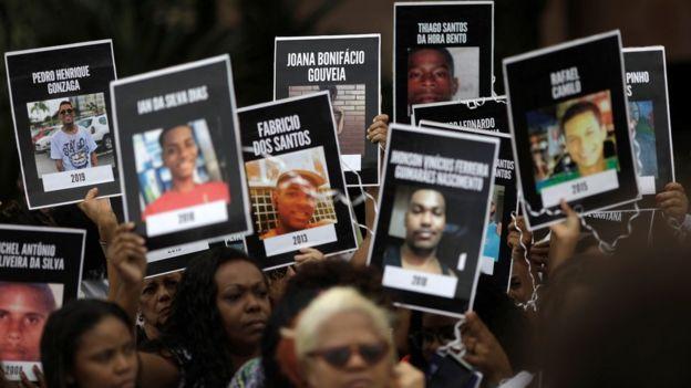 Moradores do Rio levantam cartazes de vítimas da violência em protesto em 26 de maio de 2019