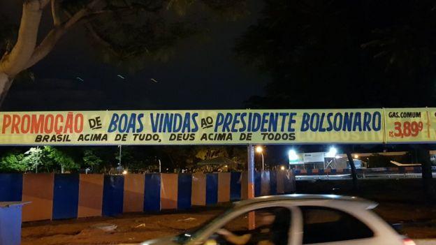 Cartas em posto de gasolina anuncia 'promoção de boas vindas' a Bolsonaro