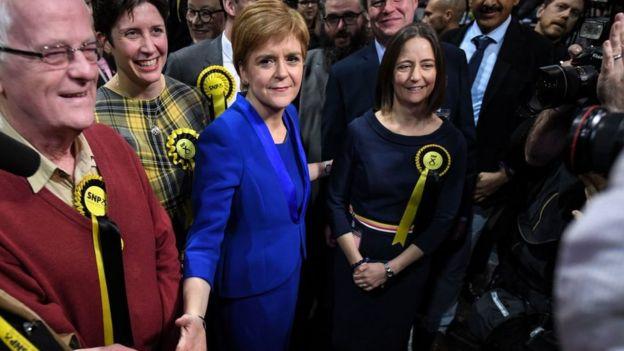Nicola Sturgeon, en el centro, junto con legisladores electos del SNP.