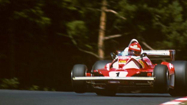 Niki Lauda conduciendo su Ferrari en Nurburgring.