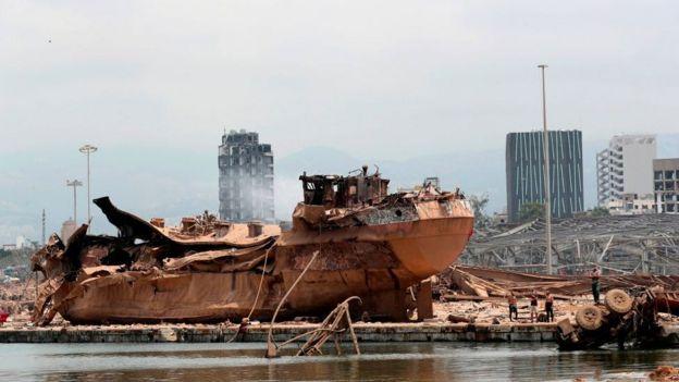 Barco destroçado no porto de Beirute após a explosão