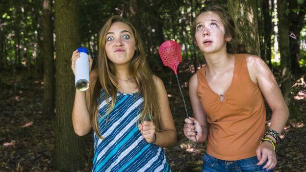 Adolescentes preparadas para lidiar con los mosquitos en un bosque.