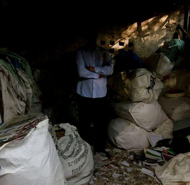 The Indian men who make money selling trash - BBC News