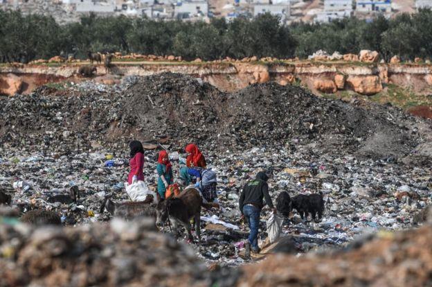 سوريون يبحثون بين القمامة قرب الحدود السورية التركية