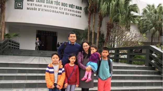 Các con chị Vân được học tiếng Việt, văn hóa Việt qua những lần về thăm Việt Nam.