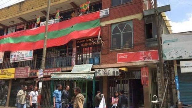Calanka jabhadda OLF oo dhismayaasha Addis Ababa ka babbanayo