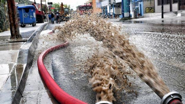 مدينة كورنث، في منطقة بيلوبونيز، غمرتها مياه الفيضانات