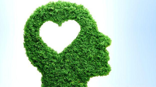 Cabeza en hojas con forma de corazón vacío