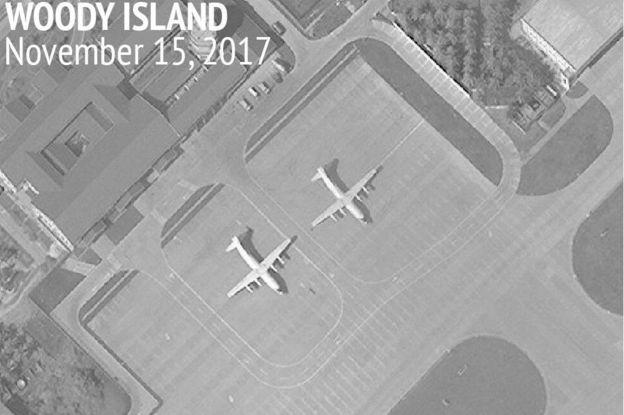 Imagen satelital de la isla Woody del archipiélago de las islas Paracel donde se observan dos aviones de transporte militar chino Y-8. (Foto: Iniciativa de Transparencia Marítima de Asia del CSIS)