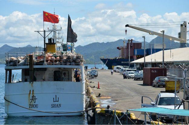 摩天楼俯瞰的苏瓦港里,中国渔船是常客。
