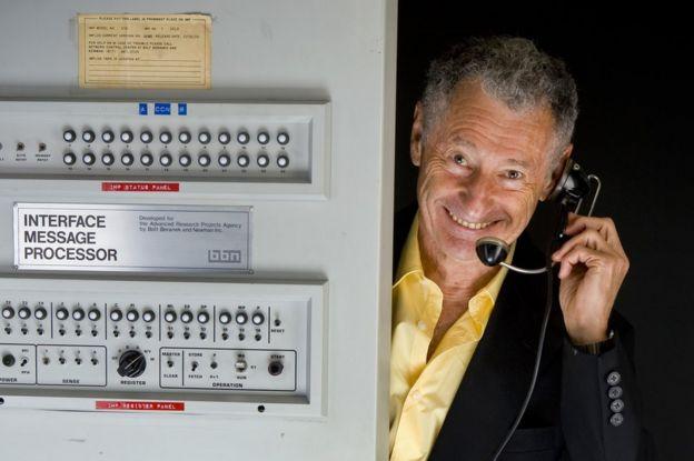 أحد أساتذة علم الحاسوب ويدعى لينورد كلينروك مع أول جهاز معالج رسائل المنفذ