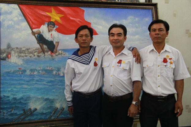 Chú thích: Các cựu tù binh Trương Văn Hiền, Lê Minh Thoa và Lê Văn Đông trong một lần tái ngộ ở Sài Gòn bên bức tranh Gạc Ma - Vòng tròn bất tử.