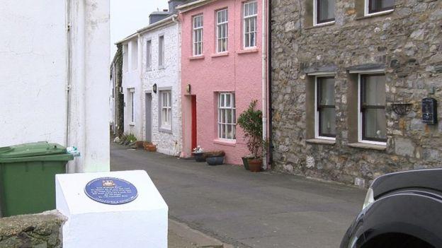 Blue plaque on Queen's Street, Castletown