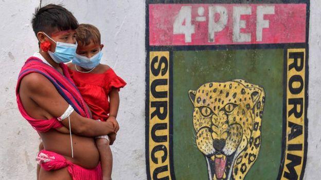 Женщины с ребенком из племени яномама