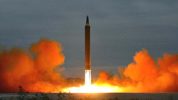 Un misil despegando en forma vertical.