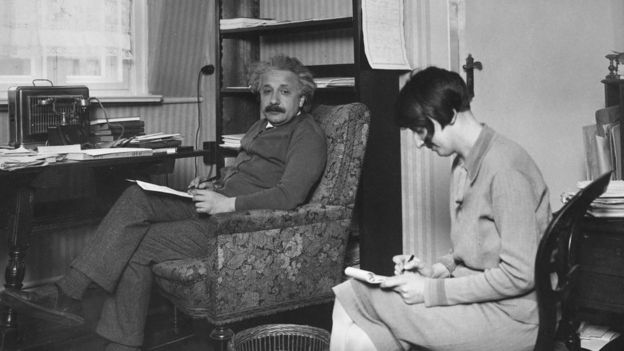 Einstein com sua secretária em seu escritório por volta de 1930