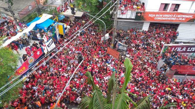 Pessoas aguardam discurso de Lula em São Bernardo