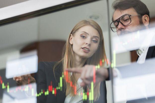 Mujer mira un gráfico