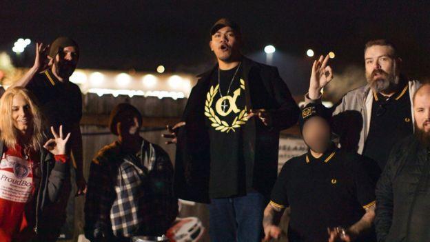 Unos Proud Boys se congregan frente a un bar en las afueras de Portland