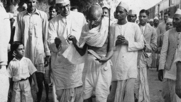जब गांधीजी ने सूट-बूट छोड़ धोती अपनाई
