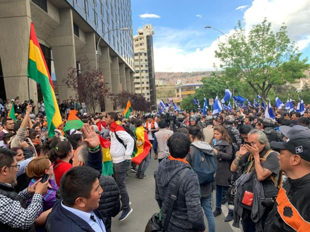 Manifestantes en una plaza de La Paz