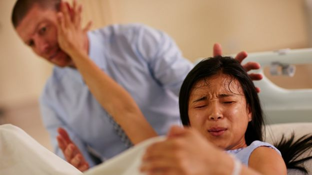 Una mujer de parto sufriendo