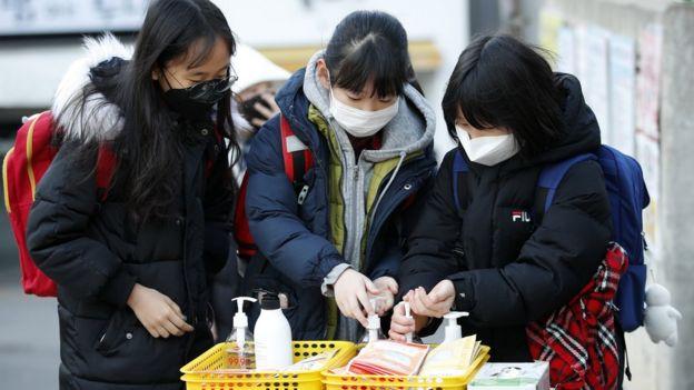 6일 오전 서울의 한 초등학교에서 마스크를 쓰고 등교하던 어린이들이 손소독제를 바르고 있다