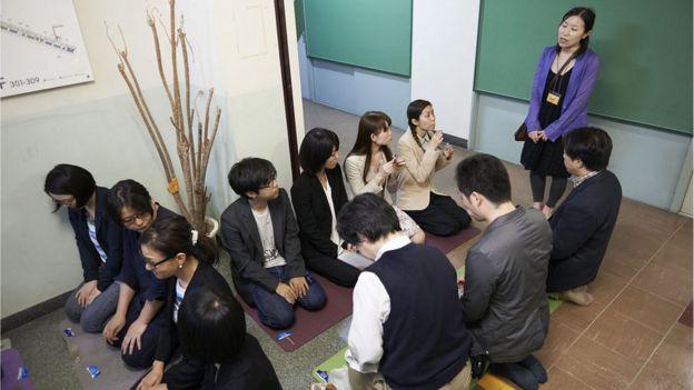 廃校になった中学校の廊下で行われた茶会の様子(撮影:奥村智範)