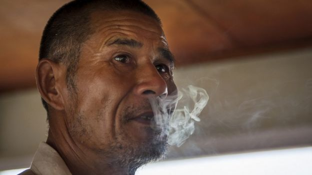 ผู้ชายกำลังสูบบุหรี่ในจีน