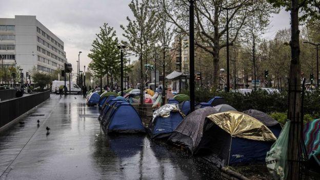 Les migrants s'installent sur la chaussée à Porte d'Aubervilliers.