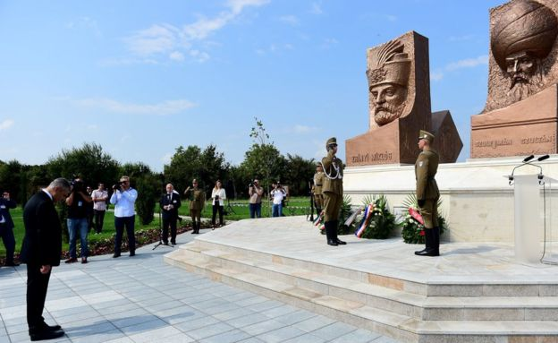 Başbakan Yardımcısı Veysi Kaynak, iki yıl önce gittiği Macaristan'ın Zigetvar kentinde Macar - Türk Dostluk Parkı'nı ziyaret etmişti. Parkta Zigetvar savaşında ölen düşman liderler Kanuni Sultan Süleyman ve Nikola Šubić Zrinski'nin dev büstleri bulunuyor