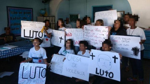 Estudantes com cartazes durante protesto