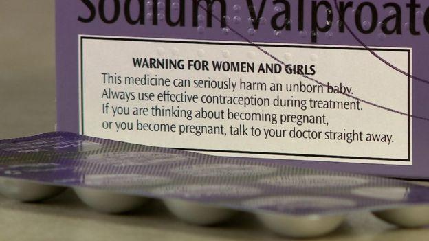Advertencia de riesgos en una caja de medicamentos con valproato de sodio distribuída en Reino Unido en 2016.