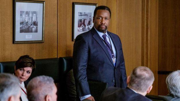 يجسد الممثل ويندل بيرس (إلى اليمين) شخصية أمريكي من أصل أفريقي يُدعى جيمس غرير، يتولى منصب مدير وكالة الاستخبارات المركزية الأمريكية ضمن أحداث مسلسل