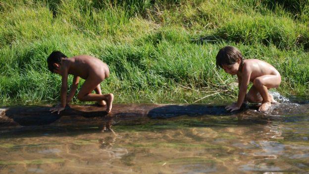 Martim na hora do banho no porto da aldeia