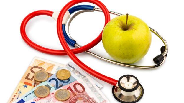 Яблуко, стетоскоп та гроші