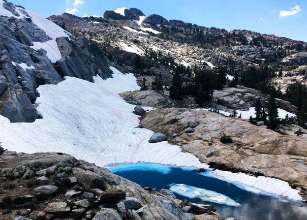 Nieve rosada en montañas del Parque Nacional de Yosemite