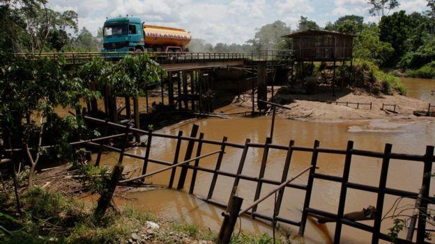 Un camión de petróleo en la Amazonía