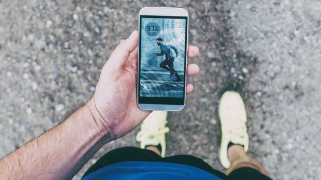 Runner con un celular