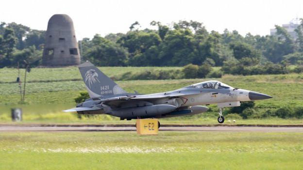 台灣軍方:解放軍飛機遠航演練都有全程監控。